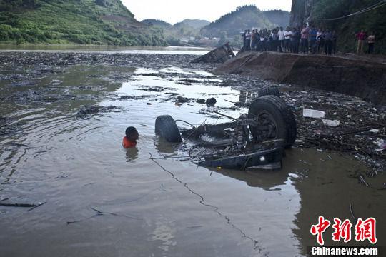 贵州凯里洪水致公路垮塌 货车坠河1人亡|凯里|