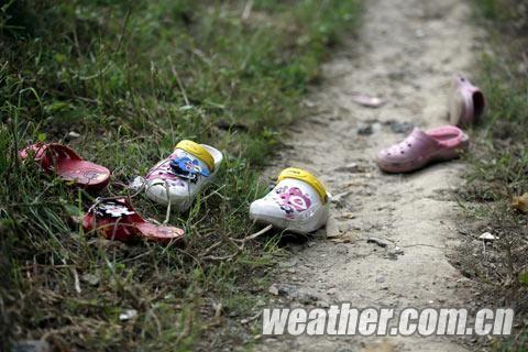 警察发现柳江旁的草丛中摆放着小朋友的鞋子