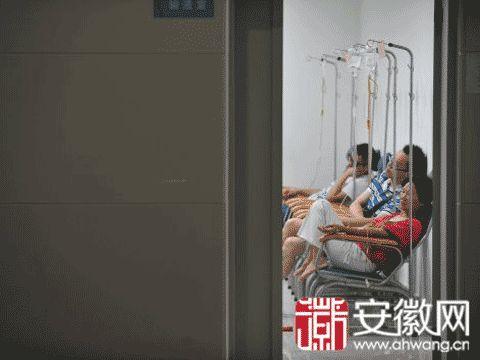 图为29日安徽省立医院南区输液室,不少中暑市民在打点滴。