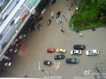 8日早晨,上海暴雨导致路面积水严重。