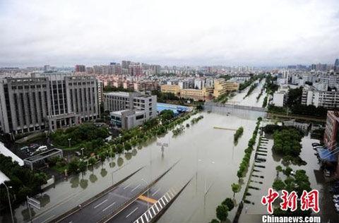 宁波城区积水严重.-宁波洪涝致137万人受灾 直接经济损失超百亿