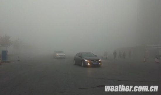 中国天气网讯 今(21日)晨,吉林中西部出现大范围大雾,部分地区出现浓雾,能见度仅有100米。目前,吉林省高速公路、铁路和民航等交通方式全面受到影响。   监测显示,21日,吉林省中西部大部分地区出现大雾天气,其中白城地区东部、松原、长春、四平、辽源等地出现了能见度小于500米的浓雾,部分地方能见度小于100米,给当地的百姓生活出行带来了不小的影响。   据新华社报道,21日6时,长春市大雾弥漫,几乎伸手不见五指。道路上所有通行车辆全部将双闪灯打开,并缓慢行驶。由于雾霾导致空气气味刺鼻,大部分出行市民