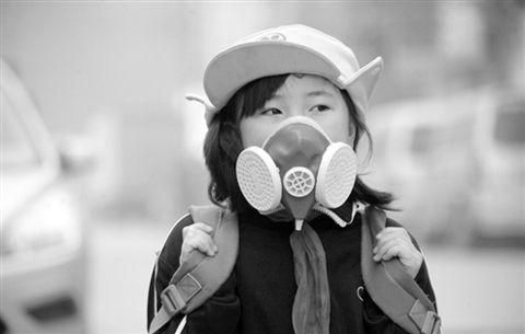 济南小学生戴口罩上学