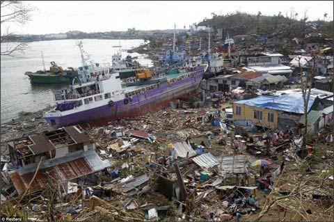 """11月10日,在菲律宾莱特岛,""""海燕""""过后,一艘轮船被冲上岸。"""
