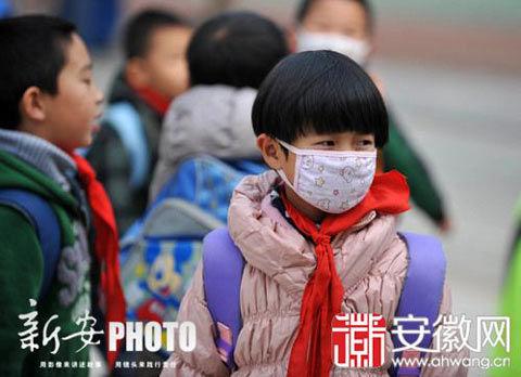 合肥小学生戴口罩出行(来源:安徽网)