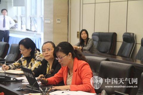 10月16日早晨,中央气象台首席预报员张芳华主持天气会商。(摄/大康)