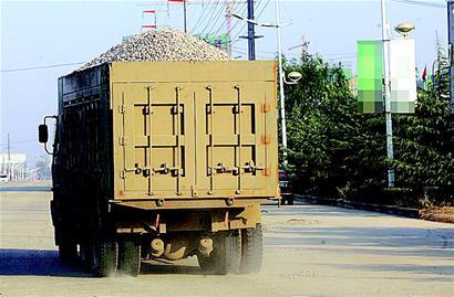 图文:百米砂石带,绵延大街上