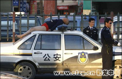 女子脱衣讨过路费躺在警车晒太阳(图)