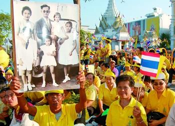 曼谷:满城尽穿黄衣衫