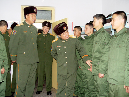 日,一批湖南籍新兵到武警吉林省总队第一支队报到,部队的领导和图片