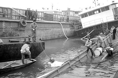 图文:烧碱转抽完毕货船今日出水