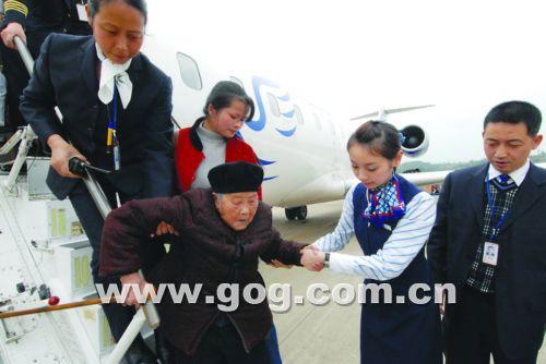 【图文】102岁老太 两次乘飞机