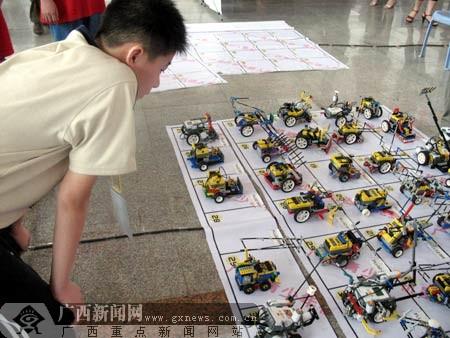 2日上午,来自广西南宁市43中学高二(4)班的李承,在防城港东兴义图片