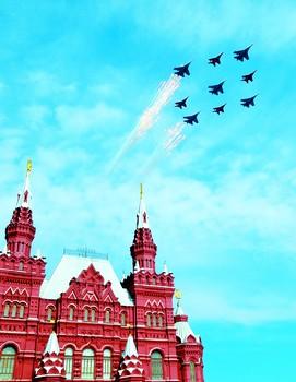 俄罗斯空军飞机编队飞过莫斯科红场上空