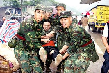第一支救援部队挺进汶川县城