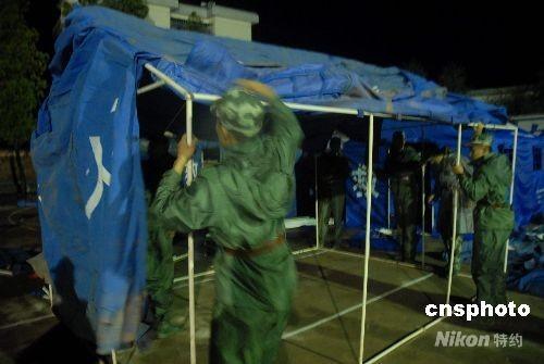 兵正搭建救灾帐篷