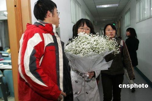 图:政法大学师生到事发地悼念程春明教授