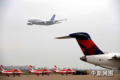 飞机翱翔珠海,在第七届中国国际航空航天博览会上