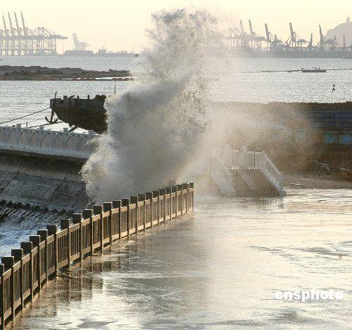 图:连云港海边大风掀起巨浪_新闻中心_新浪网