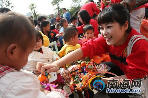 海南电视台春节送温暖 2万多元慰问品送福利院