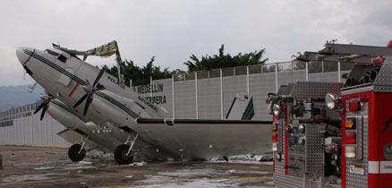 哥伦比亚一架飞机在地面爆炸8名警察受伤(组图)