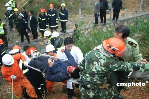 福建长深高速客车事故致18人死亡6人受伤(组图)