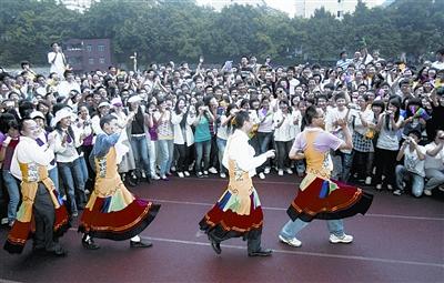 男老师穿裙子跳舞为毕业考生减压图片