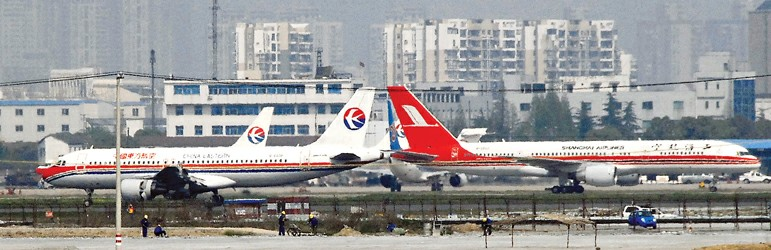 图为在上海虹桥机场拍摄的东航(左)与上航客机