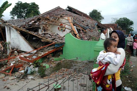 印尼地震救灾面临困难:灾区下雨道路阻断(图)