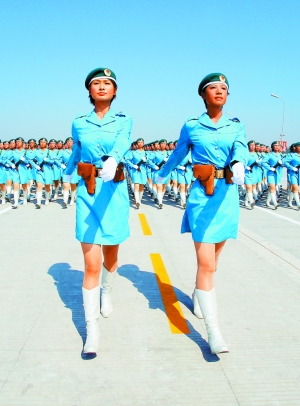 曾任奥运礼仪小姐的张晓菲(左),赵娜(右)在徒步女民兵方队担任领队.
