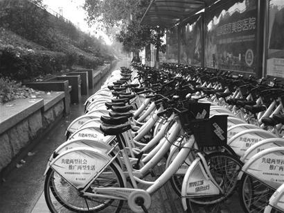 但记者在汉口沿江大道一处免费自行车点看到,因遮雨棚有限,只有不到三