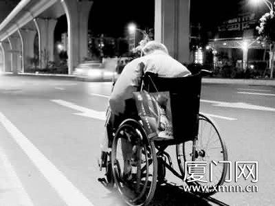 老人坐轮椅逛大半个厦门