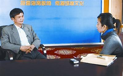 海口市工商局副局长王建禄接受新华社记者