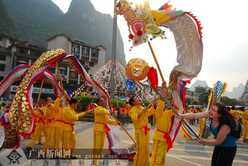 阳朔10万中外游客居民闹元宵 老外舞动中国龙
