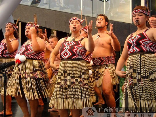 怒瞪双眼、狰狞的面容是毛利战舞最特别的表演方式. 广西新闻网记者