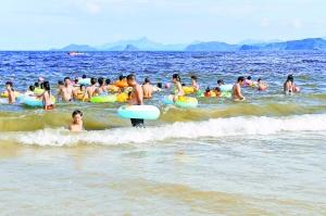 赤潮持续来游人仍下海
