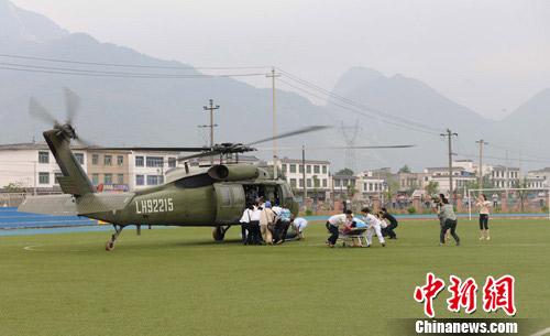 绵竹清平地质灾害:直升机将4名伤员转移出山