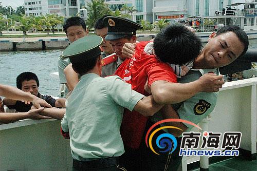 渔民抛锚不慎撞破头海南海警迅速营救[图]