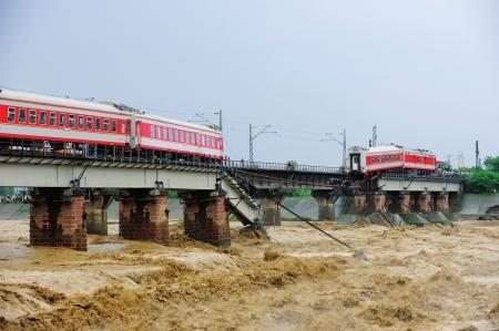 洪水冲垮铁路桥 两节车厢广汉坠河