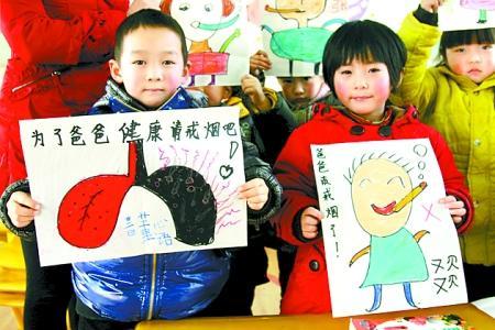 幼儿园的小朋友们在展示他们送给爸爸的新年礼物