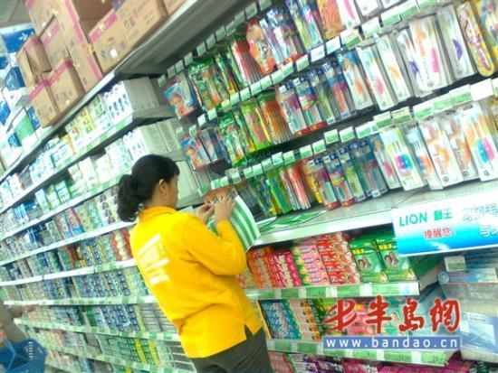 上午,记者来到家乐福超市时,一名超市工作人员正在更换商品的