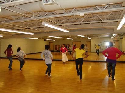 美国特拉华大学孔子学院书法与民族舞蹈班相继