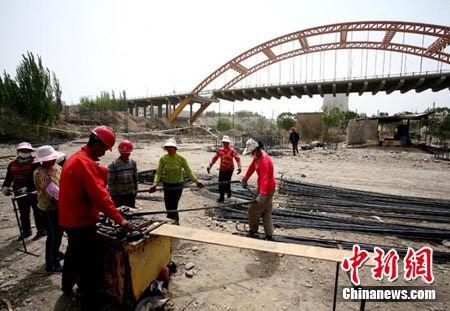 垮塌新疆孔雀河大桥建临时便桥 预计6月初通车
