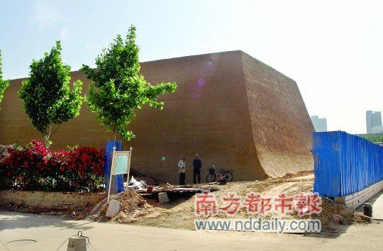 """郑州闹市""""山寨""""古城墙引争议"""