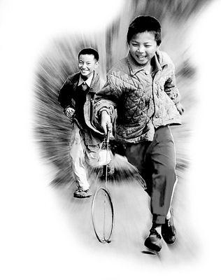 7大叔论坛新人图片区q-园练习剑术时的照片.胡云彪供照   耍车技自行车也变成了孩子玩游戏