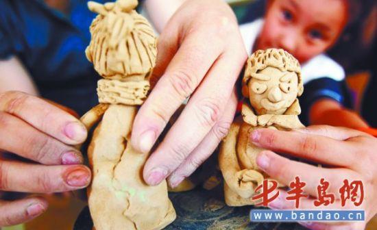 青岛市实验小学老师教孩子捏泥巴