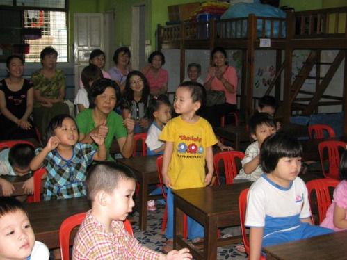 幼儿园的老师和小朋友是那么投入