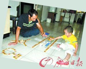 父亲陈继文在教儿子认字、玩游戏。