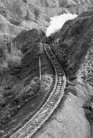 汽笛长鸣,蒸汽翻滚的机车依然姿态优美.图片