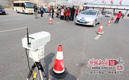 石家庄:市民直击汽车尾气检测 呼吁绿色出行